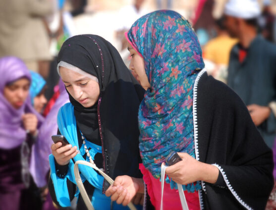R33492 N No Restrictions Muslim Young Women With Cell Phones